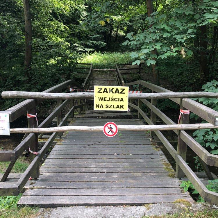 Brak przejścia ścieżką Skała - Ojców. Uszkodzony most